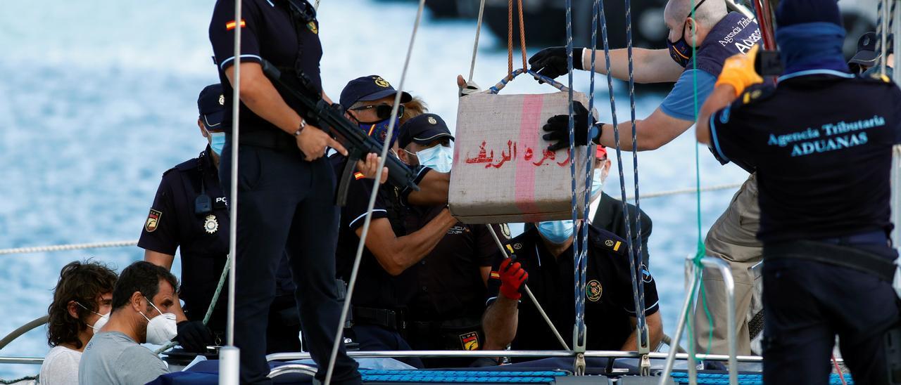 Dos ciudadanos de origen búlgaro, tripulantes del velero 'Carla', son testigos de la descarga de unos 6.000 kilos de hachís que transportaban en el Arsenal.