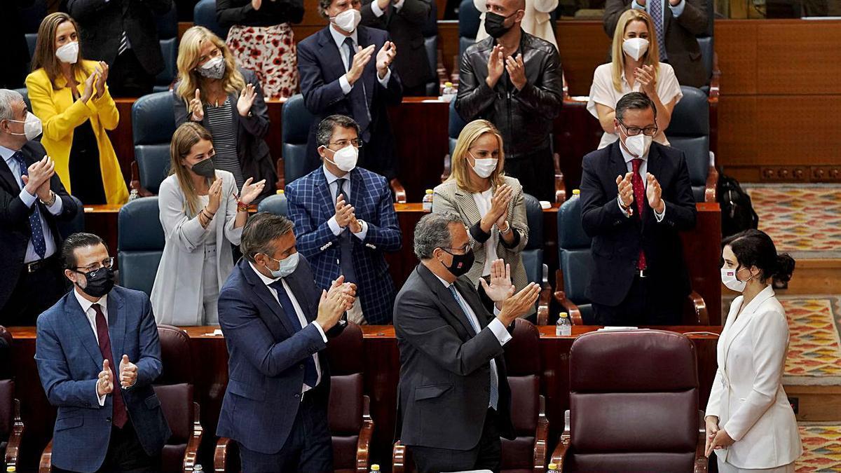 Ayuso rep els aplaudiments de la bancada del PP després del seu discurs.   JOSÉ LUIS ROCA