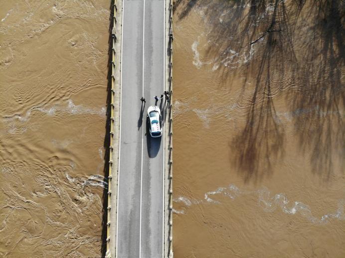 El pont del Ter a Verges, completament negat i inutilitzat