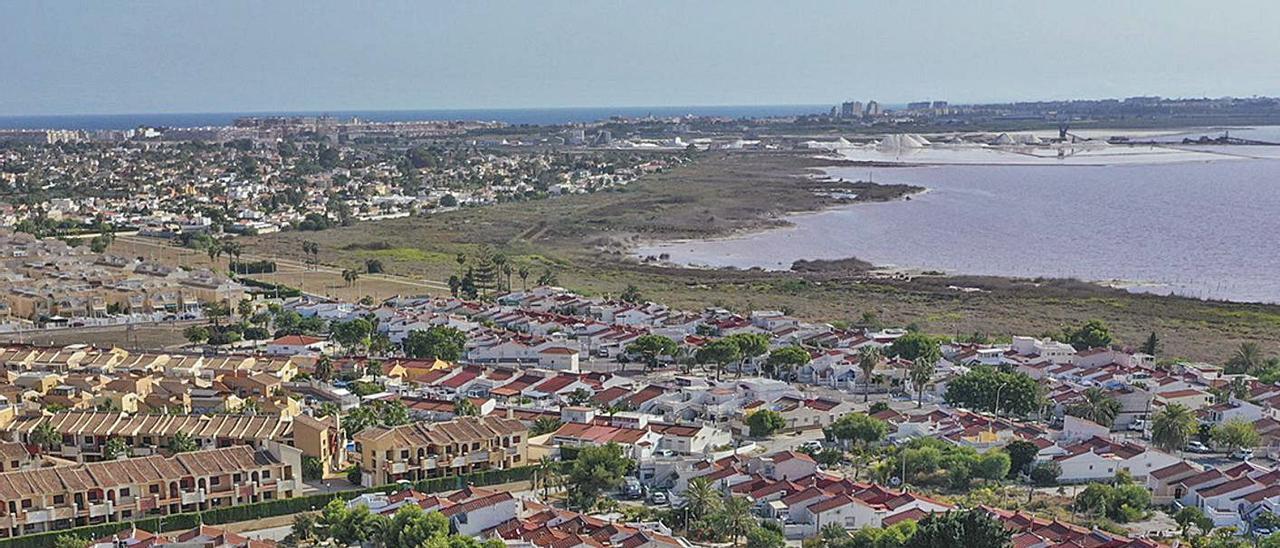 Imagen aérea de adosados residenciales junto a la laguna de Torrevieja.