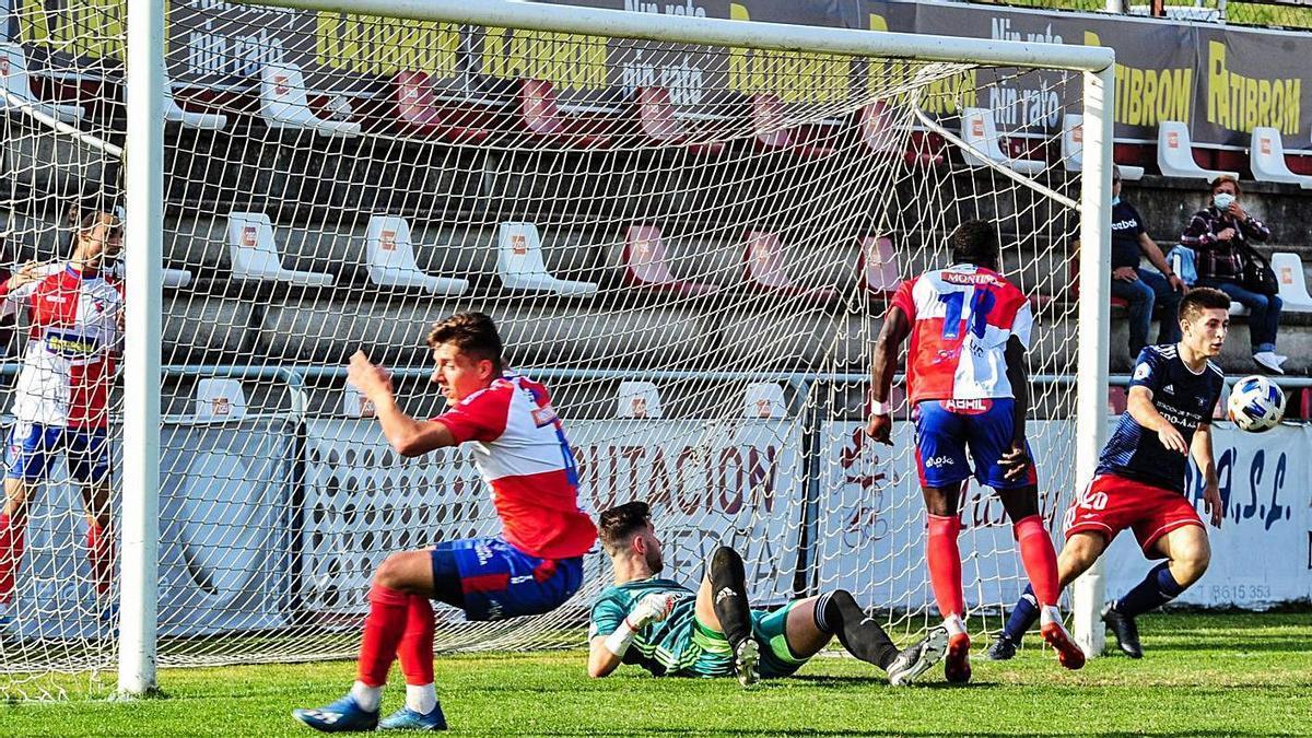 Nucho y Brais, junto a tres jugadores rivales en el duelo ante el Arosa en A Lomba. |  // IÑAKI ABELLA