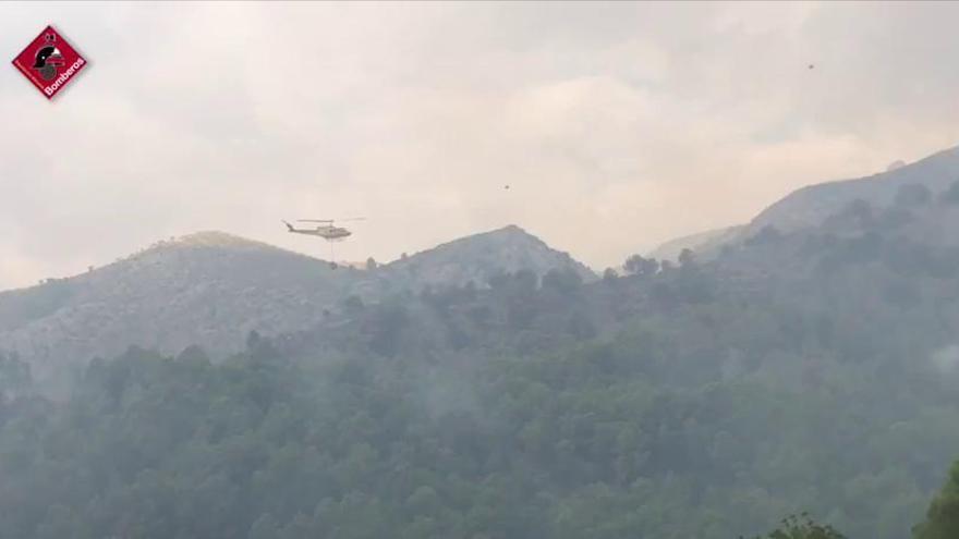Los bomberos luchan contra un fuego declarado en Benimantell