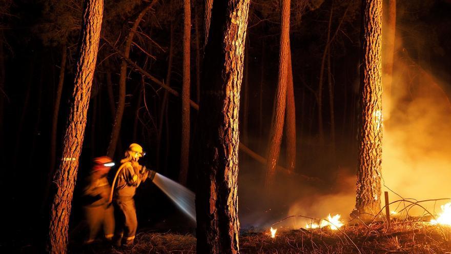 Desactivada la alerta por proximidad a las casas tras estabilizarse los incendios forestales en Ribas de Sil