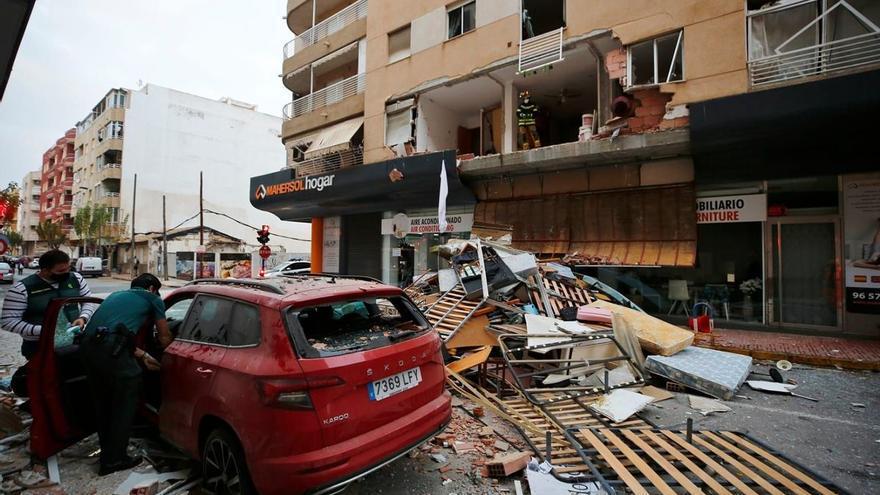Una explosión provocada destroza un edificio en Torrevieja y buscan al dueño de la casa