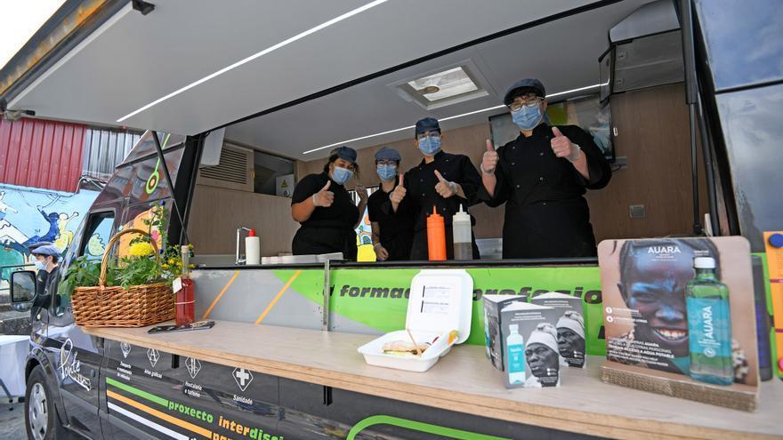 """La """"food truck"""" del CIFP Carlos Oroza lleva sus menús equilibrados a los alumnos del Campolongo"""