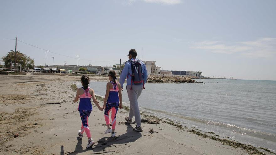 Los niños de Santa Pola salen a las calles y pasean por la playa