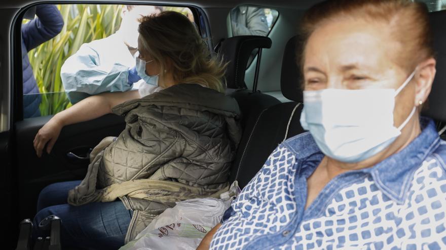 Vacunas sin bajarse del coche: arranca en el Naranco el punto de vacunación itinerante para dependientes