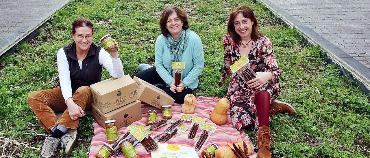 Sofía Calvo, Keila Pousa y Edurne Sendra, las inventoras del chorizo vegano, con sus productos