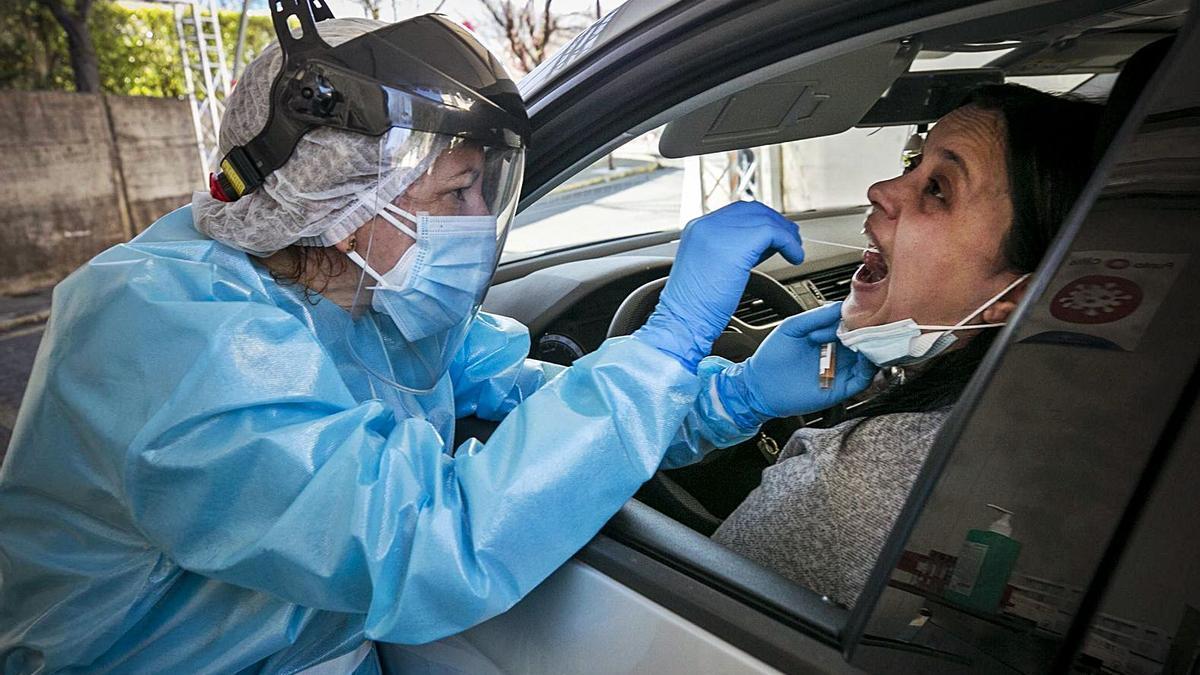 La langreana Lorena Llaneza, haciéndose la PCR en el autocovid del hospital. | Irma Collín