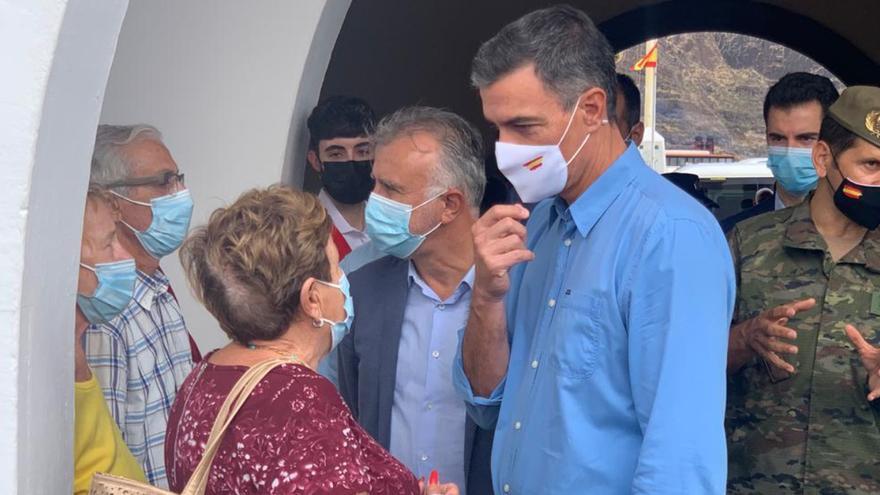 Sánchez visita en el acuertalamiento de Breña Baja a los vecinos afectados por la emergencia volcánica