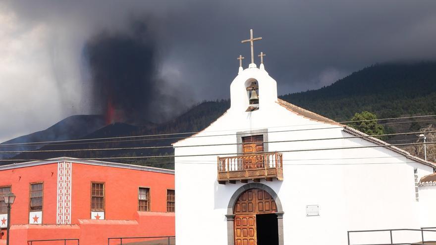 La iglesia de Todoque termina engullida por el avance de la lava en La Palma
