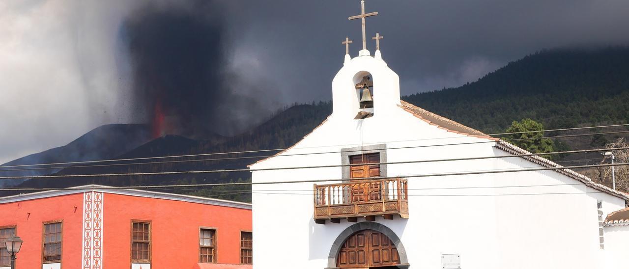 La iglesia de Todoque termina engullida por el avance de la lava.