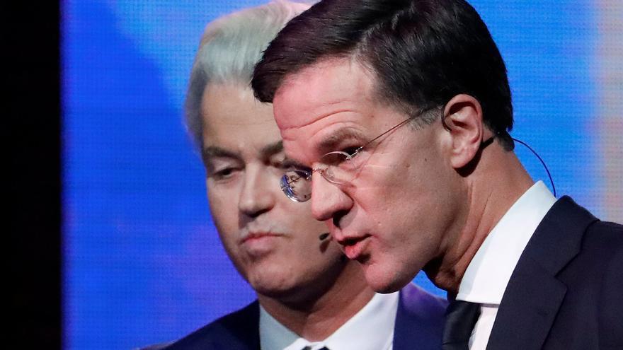 Rutte recibe la reprobación de sus socios pero salva la moción de censura
