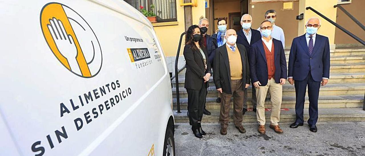Delante, de izquierda a derecha, Natalia López, Luis Torres, Antonio Blanco y José García-Inés; detrás, Carlos Muñiz, sor Marisela Cueto (Asociación Gijonesa de Caridad), José Luis López (miembro de la junta directiva de la Cocina Económica de Oviedo) y sor Fernanda García (responsable del comedor de la Cocina Económica de Oviedo).   Miki López