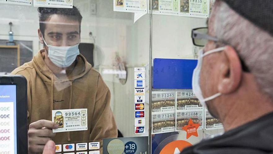 La venda de loteria del primer sorteig de Nadal amb covid s'anima a última hora