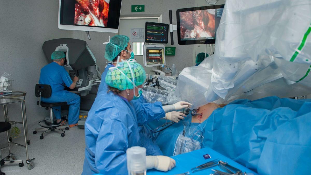 Profesionales de la medicina, durante una intervención quirúrgica.