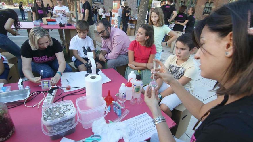 Niños y mayores disfrutan ya de la Feria de los Ingenios en los jardines del Rectorado de la UCO