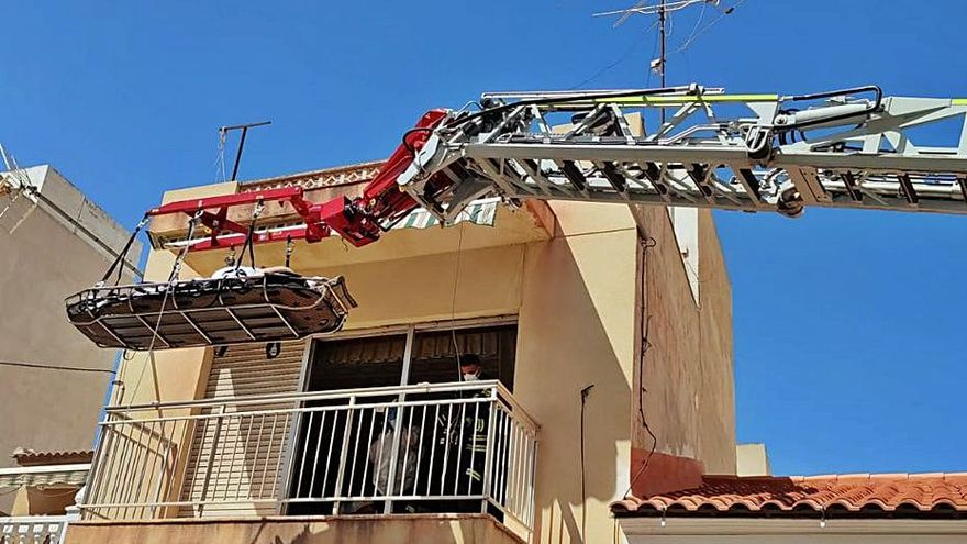 Rescatan a un hombre de 185 kilos que no podía salir de su casa en Torrevieja