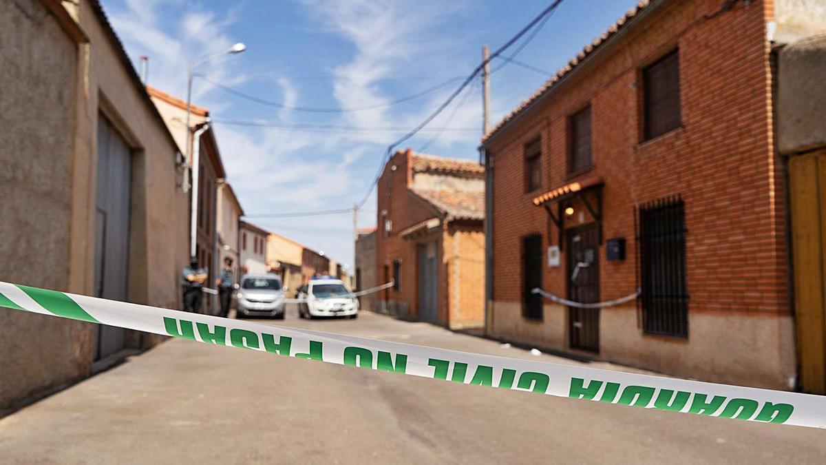 Calle acordonada por la Guardia Civil el día del suceso en Villarrín de Campos. | Jose Luis Fernández
