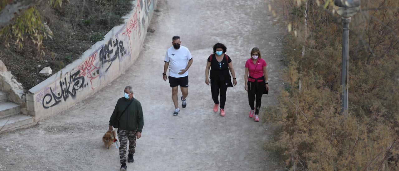Ilicitanos haciendo deporte en la ladera del río VInalopó