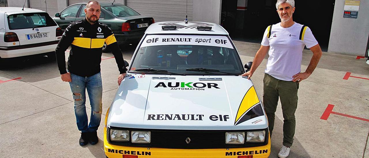 Álex Cid y Carlos Sampayo posan con el Renault 11 turbo con el que irán al campeonato. |  // FDV