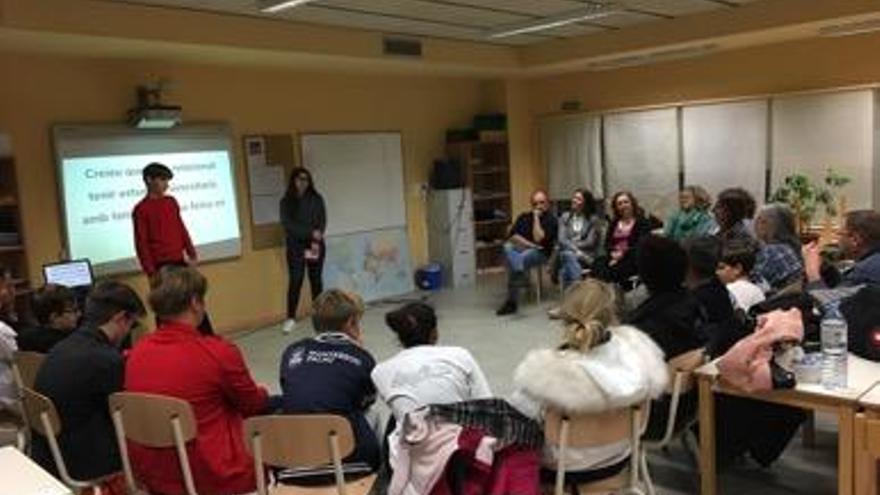 Dos joves de 3r i 4t d'ESO de Figueres reflexionen sobre educació amb pares i alumnes