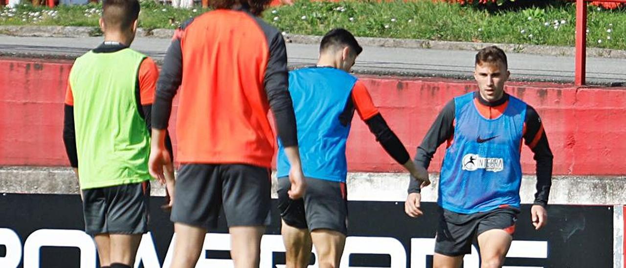 Bogdan, de frente, en un ejercicio con Gaspar, Pelayo y Trabanco.