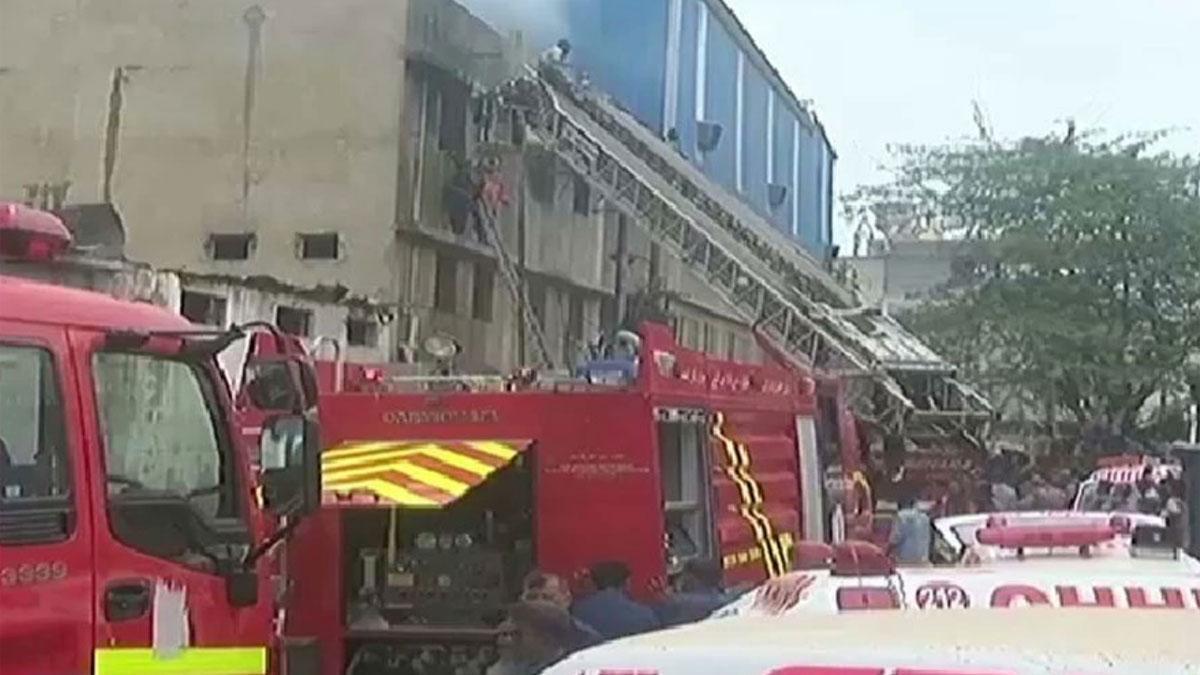 Los bomberos trabajan para rescatar a los heridos en el exterior de la planta.