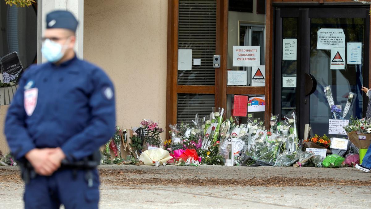 Homenaje a la víctima del atentado a las afueras de París.