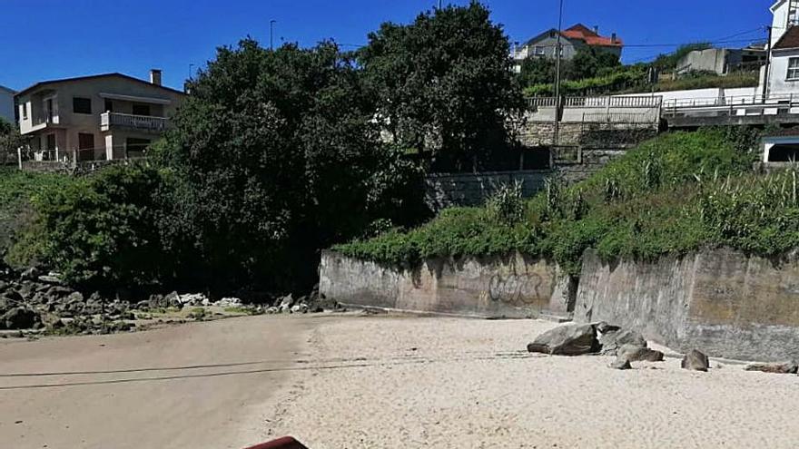 Poio extenderá la arena de Raxó en su puesta a punto de las playas para el verano
