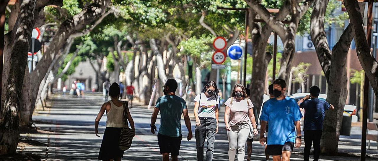 Los casos en menores de 45 años de Tenerife triplican los de Gran Canaria