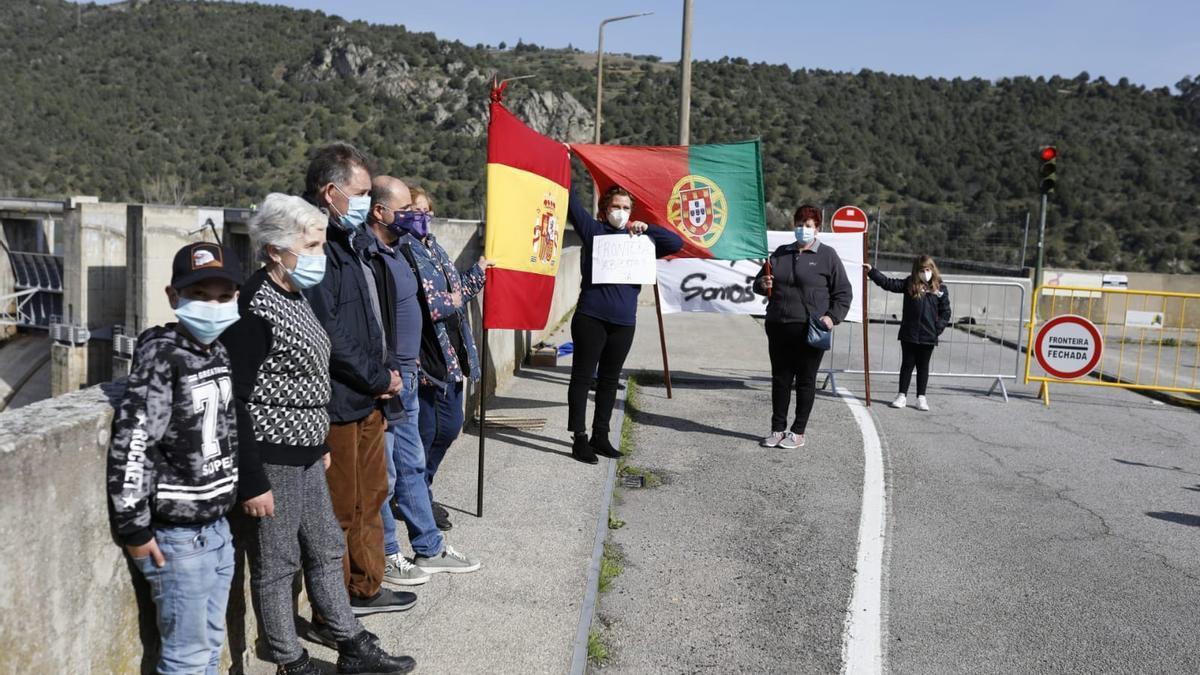Un momento de la movilización junto a la presa de Bemposta