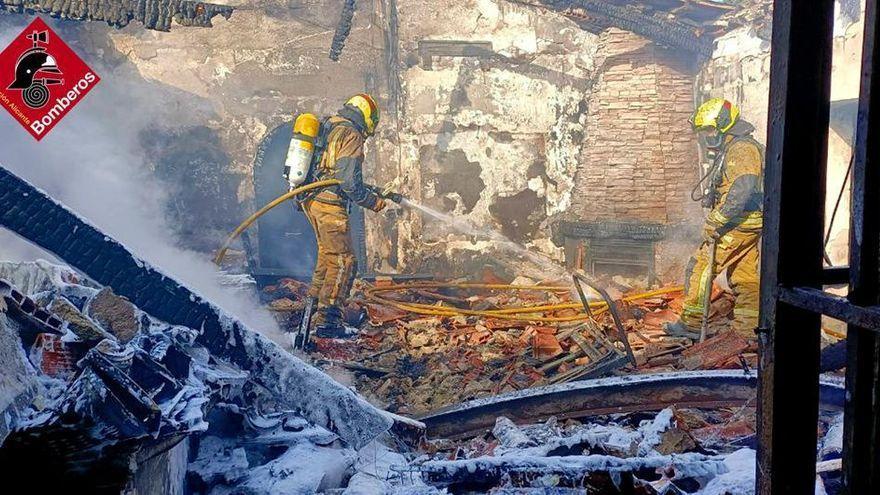 Una persona muere y dos resultan intoxicadas en el incendio de un chalé en Alicante