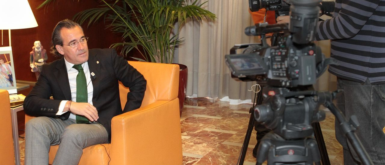 Arturo Torró se prepara para ser entrevistado en su etapa como alcalde de Gandia