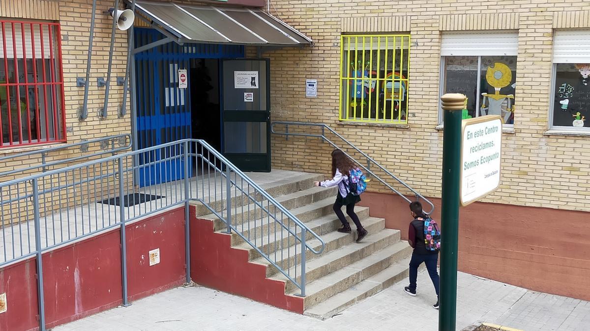 Alumnos entrando en el colegio Miralvalle, el más demandado.