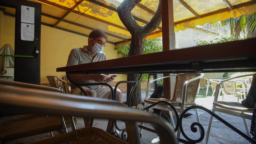 El zamorano busca en su móvil fotos de su nieto