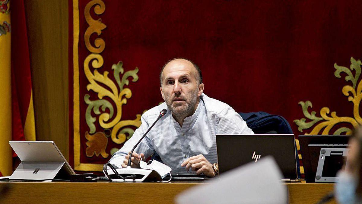 El alcalde, en el pleno de ayer, que se celebró en las dependencias cedidas de la Diputación.