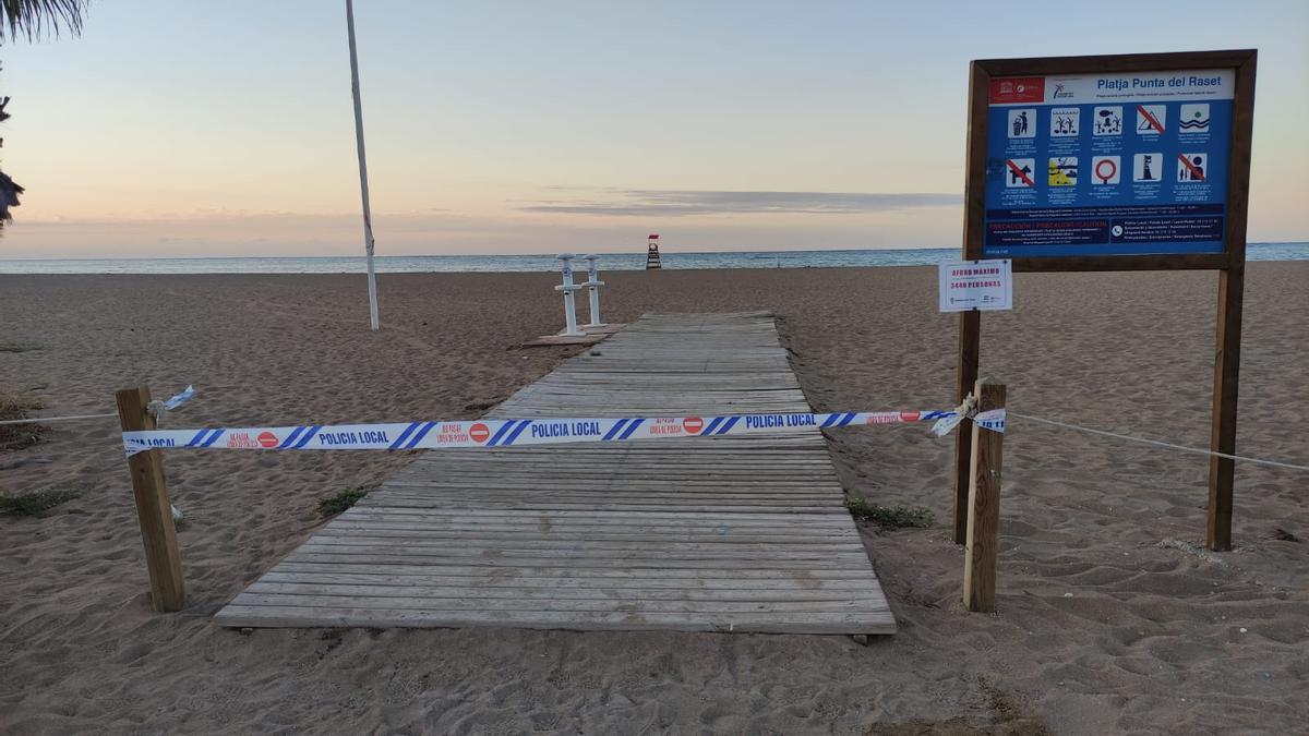 Un precinto policial en uno de los accesos a la playa del Raset de Dénia
