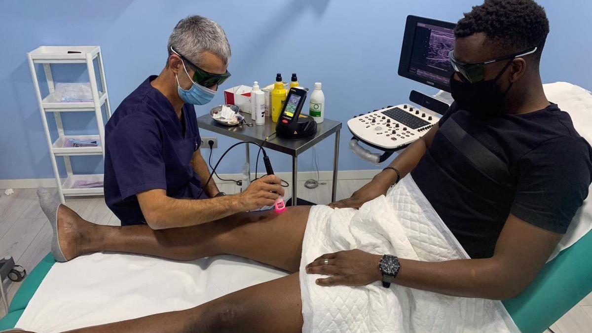 El doctor Bretones trata a Djak Traoré de una lesión anterior, el pasado octubre.