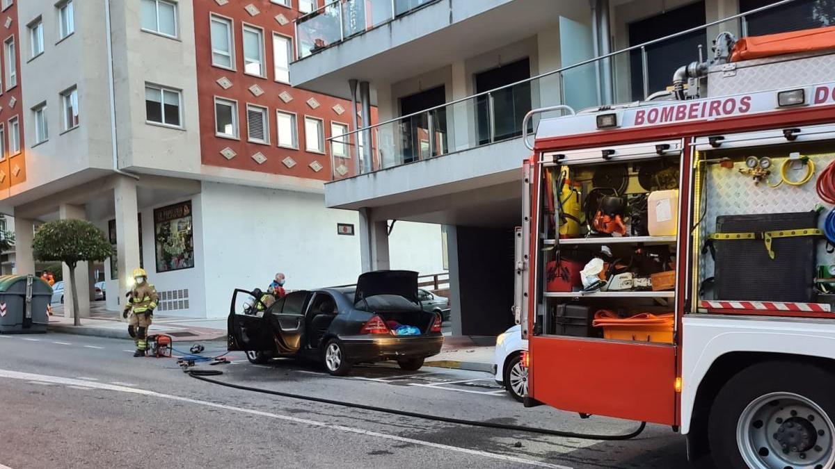 Los bomberos tras extinguir el fuego. // FdV
