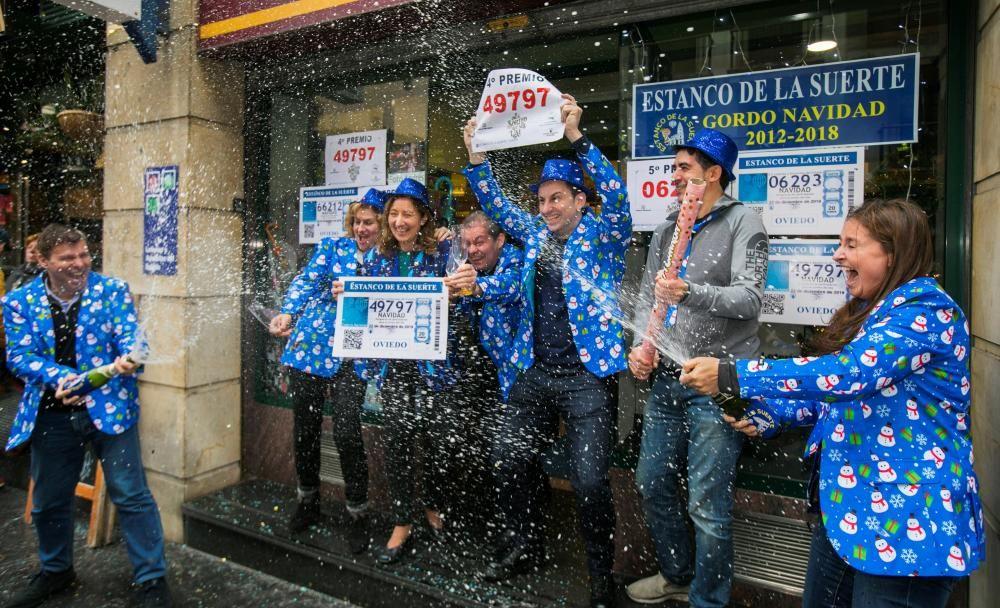 El 49.797, uno de los dos cuartos premios del Sorteo Extraordinario de Lotería de Navidad, ha dejado 40.000 euros en Oviedo y Grado.