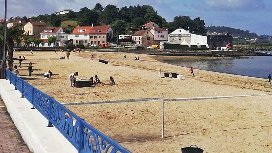 Los escolares aprenden a reconocer los residuos habituales de la playa de Chapela