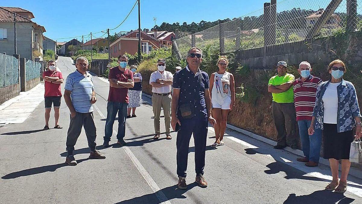 Vecinos y representantes de la Asociación Serra Seca de Castro en el vial reformado.