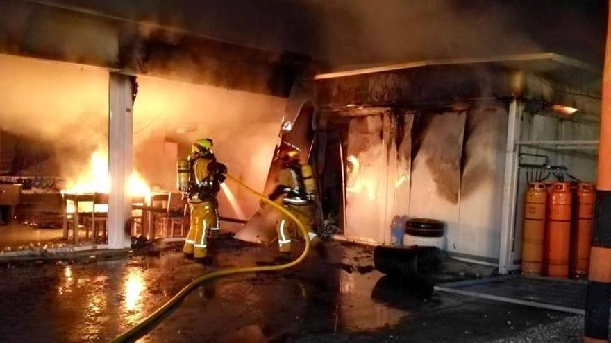 Un incendio calcina la cocina y afecta al bar de un karting de Benidorm