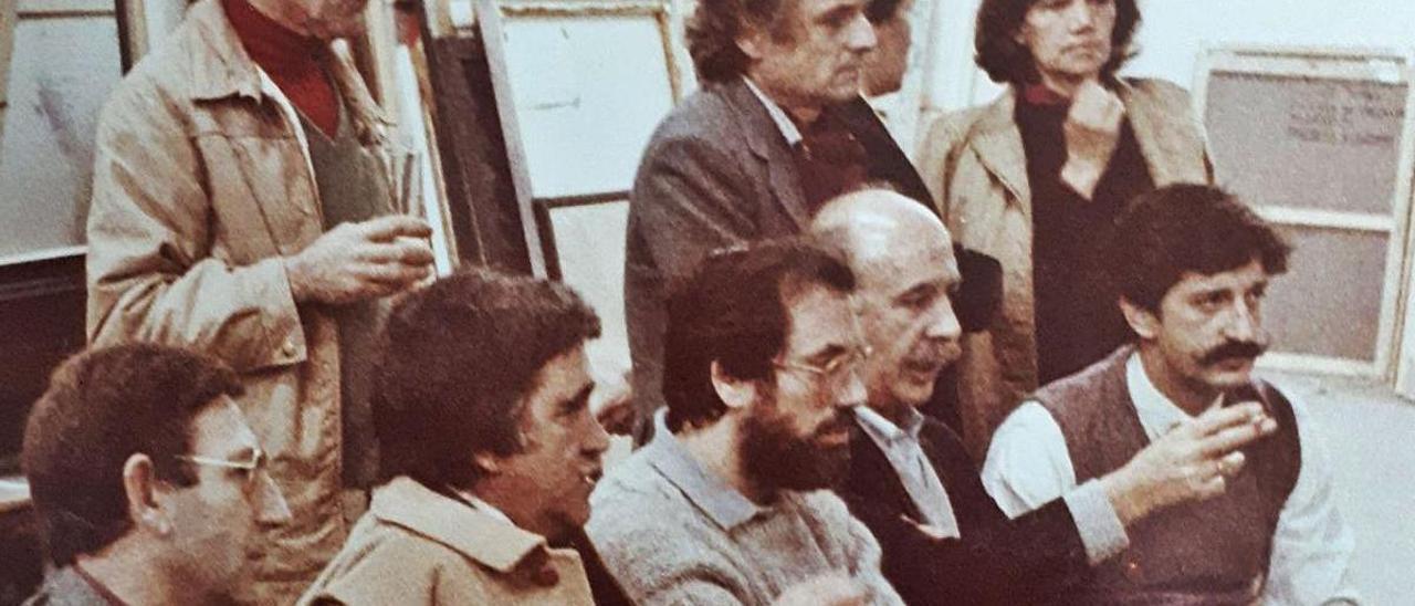 Ernesto Contreras, de pie, junto a Antonio López, entre otros, en la convocatoria de Artes Plásticas del 83.