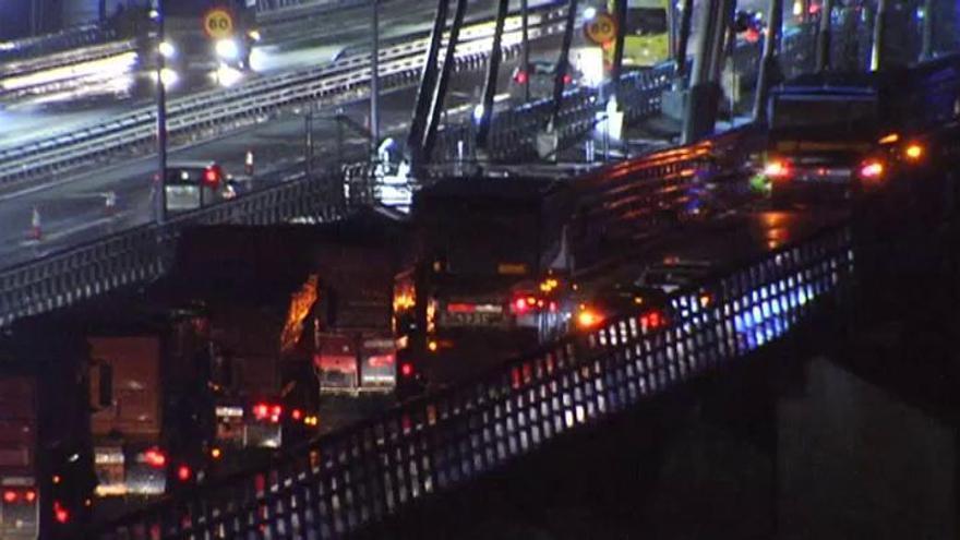 Decenas de camiones atraviesan un puente en Vigo para comprobar su resistencia