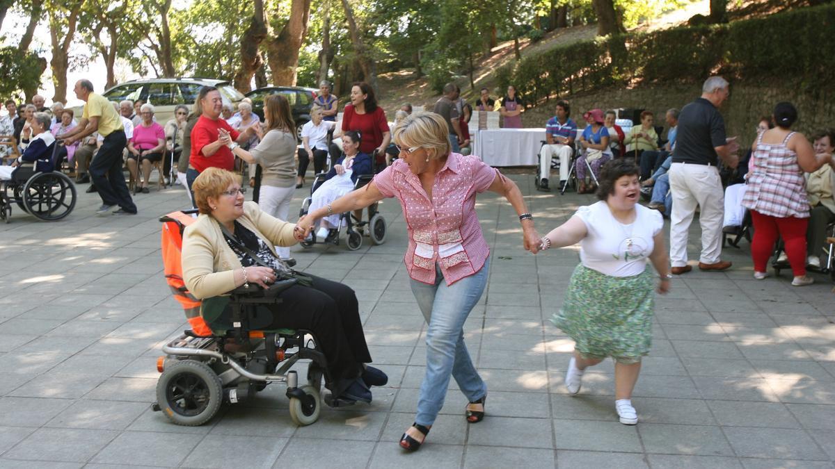 Isaura Abelairas en la Fiesta del Servicio de Ayuda a Domicilio organizada en la carballeira de A Guía en 2011. De Arcos.jpg