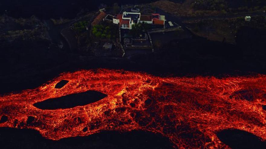 La colada se para en La Laguna, pero preocupa la lava que avanza detrás