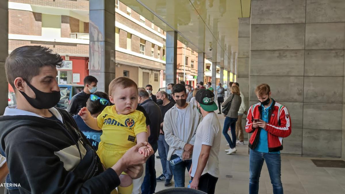 Los aficionados del Villarreal que van a la final de Gdansk, este viernes en La Cerámica haciendo cola para reservar su entrada para la final de la Europa League, tendrán preferencia para ver al Sevilla.