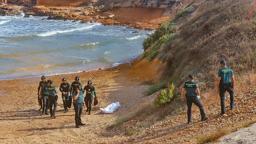 Recuperan los cadáveres de dos bañistas ahogados en una cala de Torrevieja